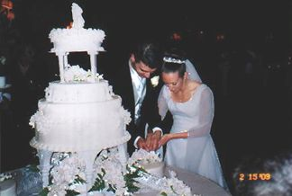 Shaun and Kelly cutting the cake